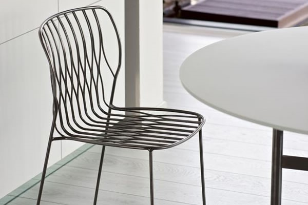 The outdoor furniture, solid and light at the same time, is made of outdoor metal