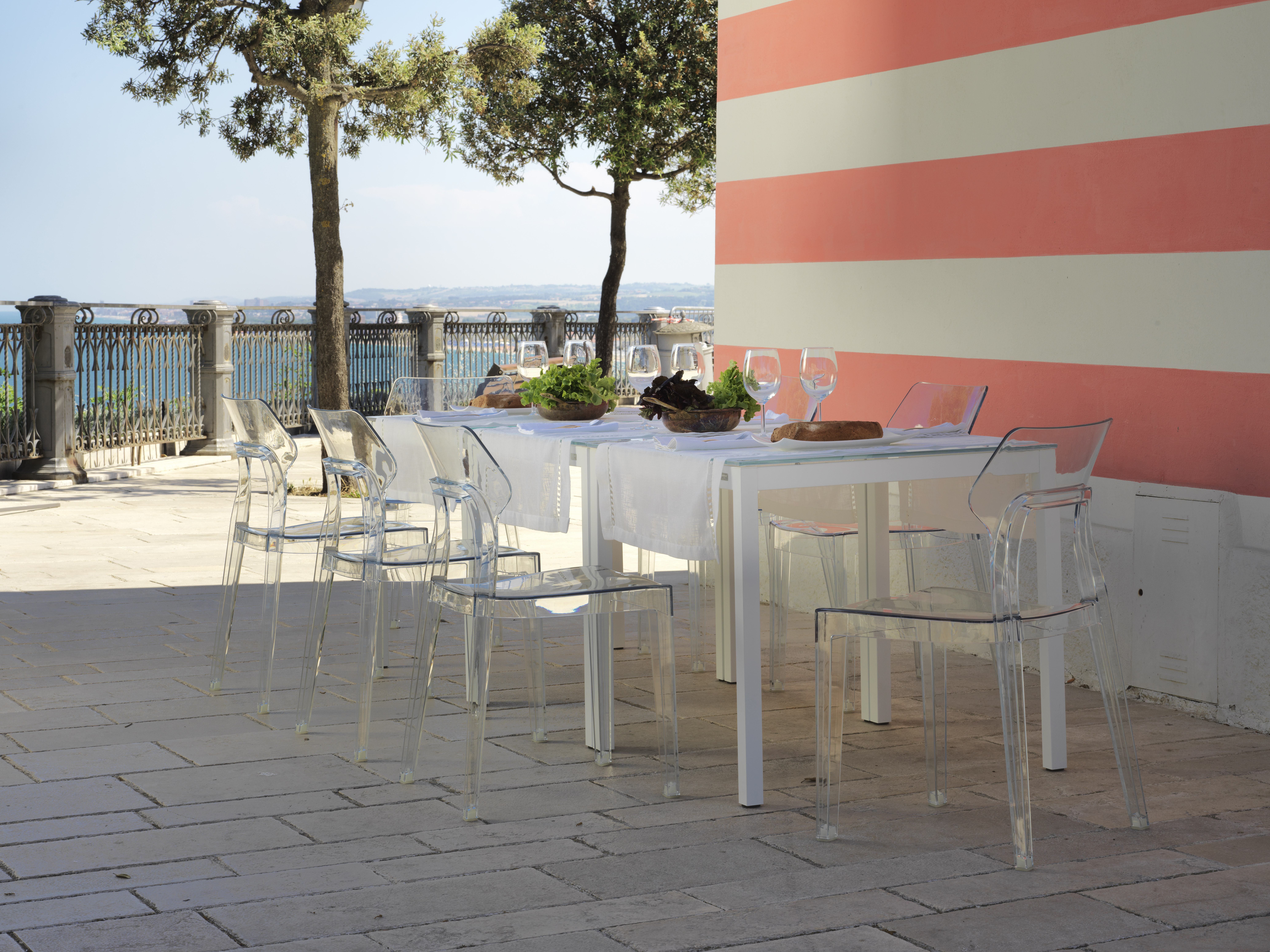 Diesis table and Aria chairs