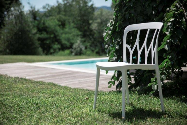 Furnishing the garden (large or small) with style: you can, with these pieces of furniture